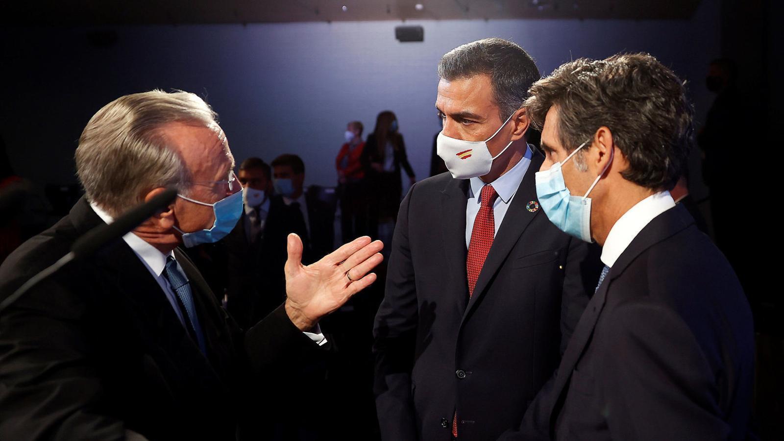 Isidre Fainé amb Pedro Sánchez i José María Pallete, en una imatge recent.