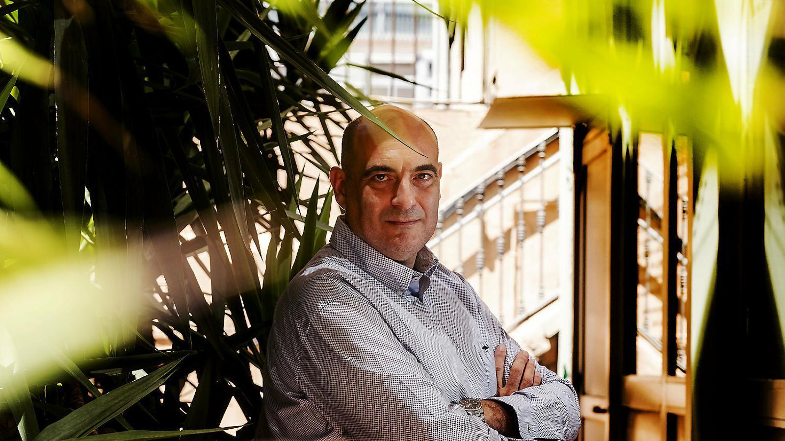 L'escriptor i periodista Xavier Bosch durant la presentació de la novel·la Paraules que tu entendràs a la llibreria Laie de Barcelona.