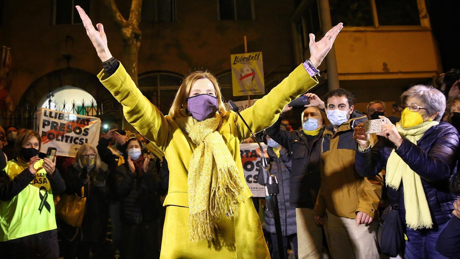 Carme Forcadell saluda els concentrats davant la presó de Wad-Ras,  a Barcelona, per donar-li suport.