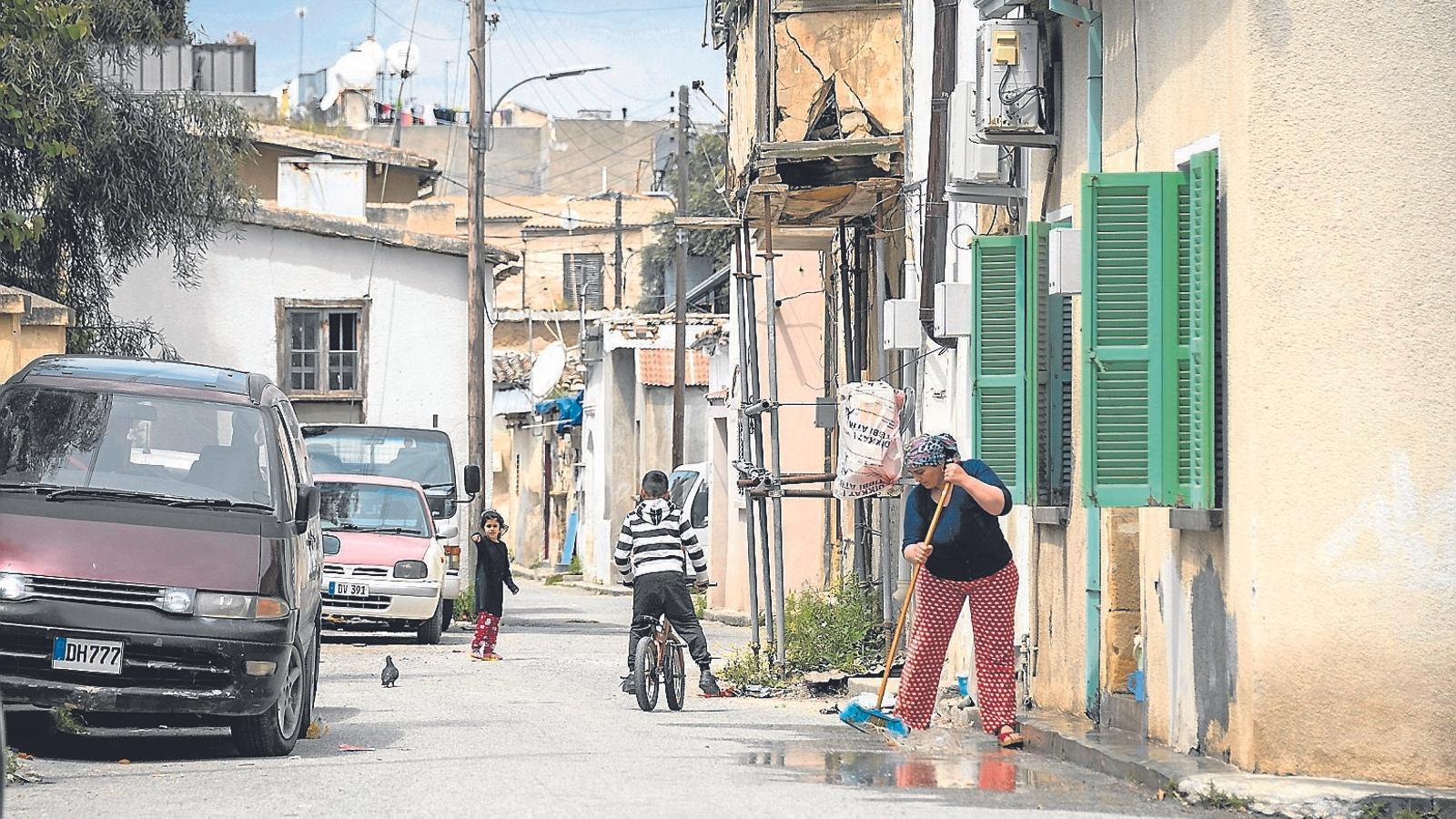 Una dona fregant el carrer a Nicòsia, la capital de Xipre
