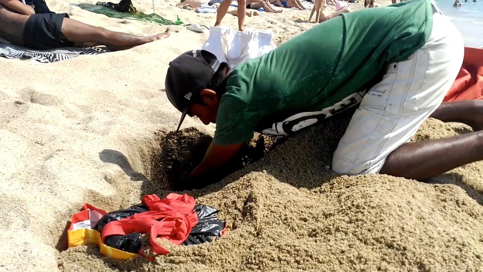 Begudes amagades a la sorra de la platja