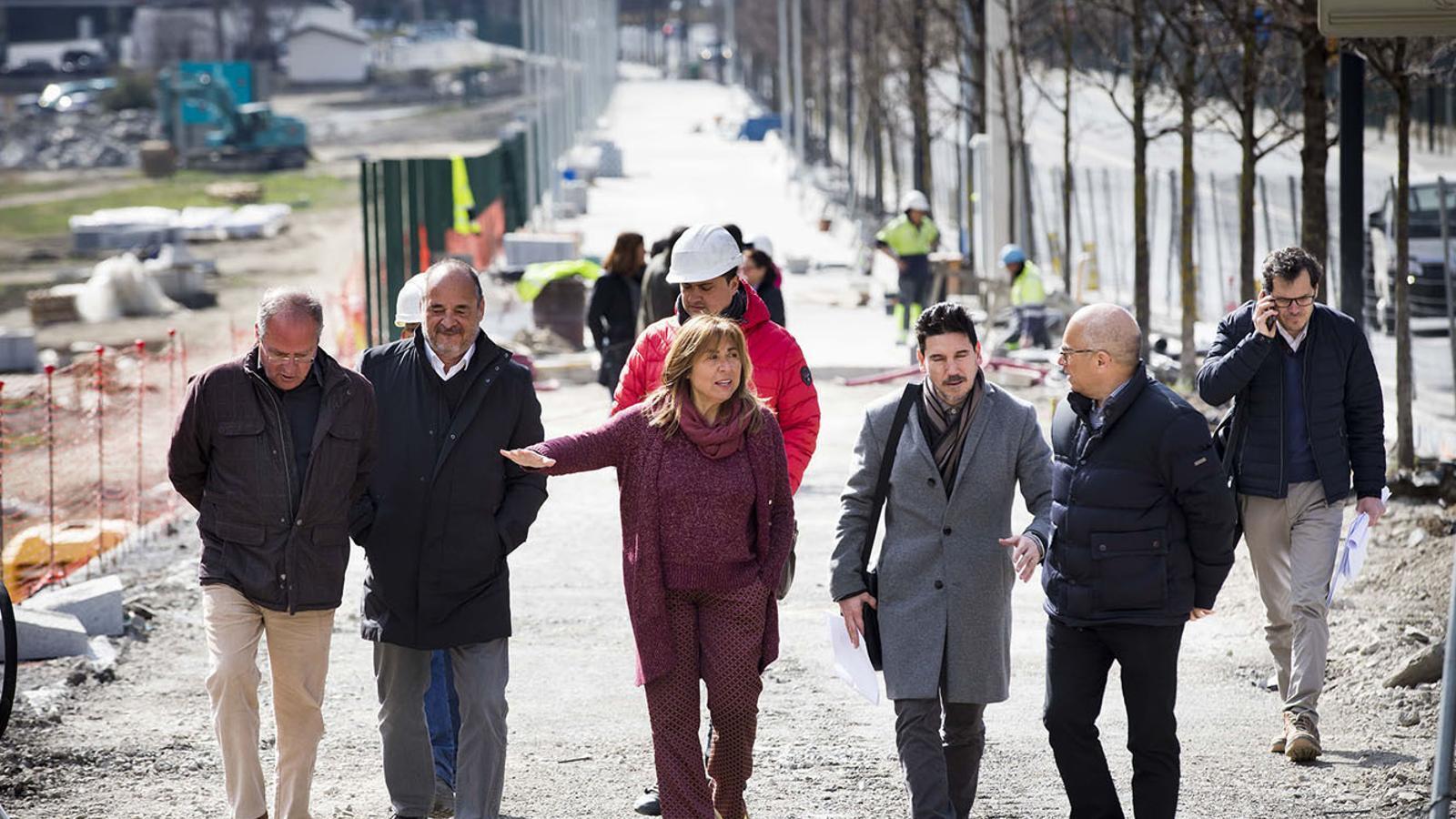 Responsables de l'APU i la cònsol major d'Andorra la Vella, Conxita Marsol, visiten les obres del tram sud de l'avinguda d'Enclar. / COMÚ D'ANDORRA LA VELLA
