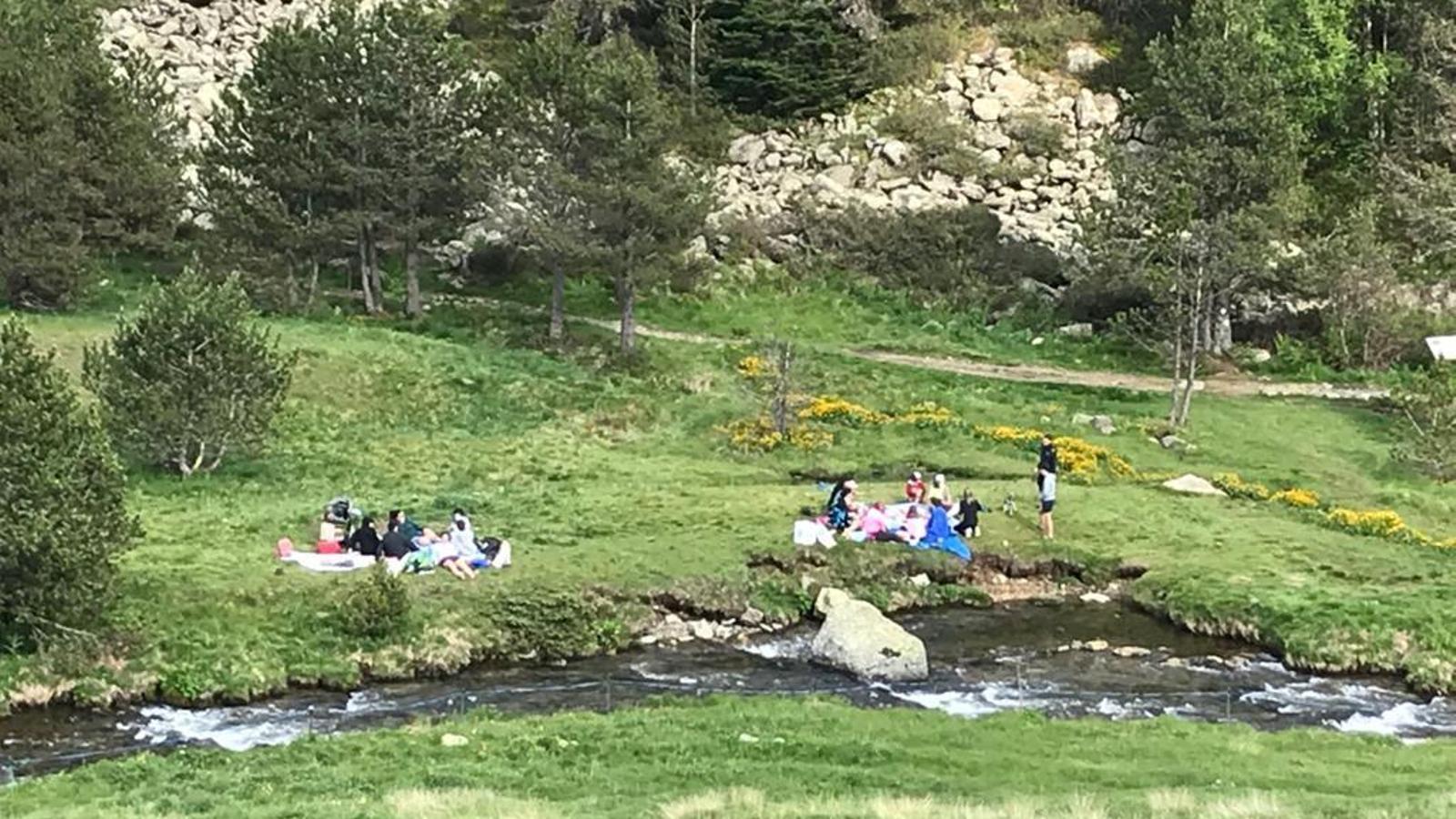 Grups d'amics, aquest dissabte, fent un pícnic a la vall d'Incles. / ARA ANDORRA