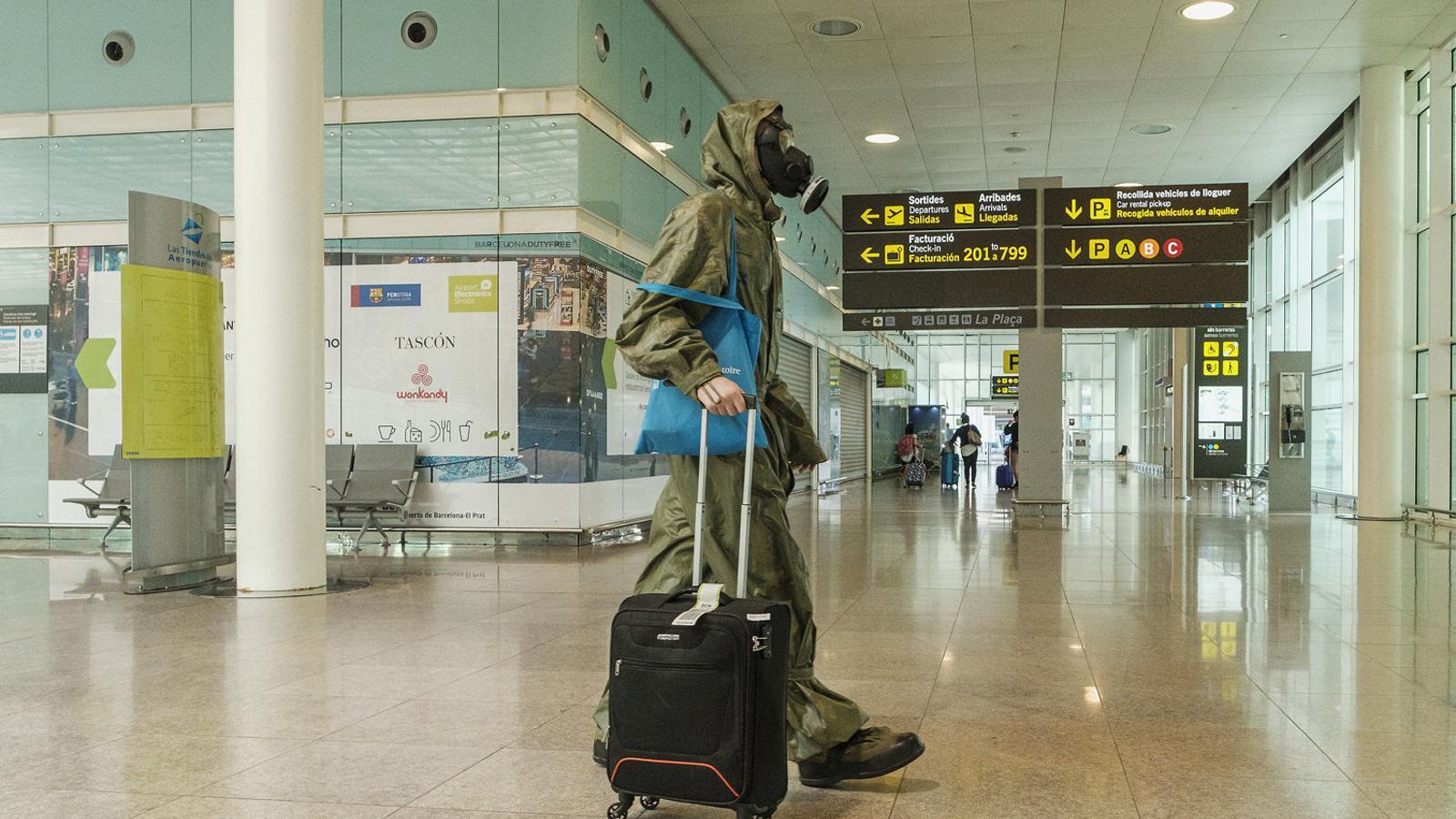 Un viatger a l'aeroport de Barcelona.