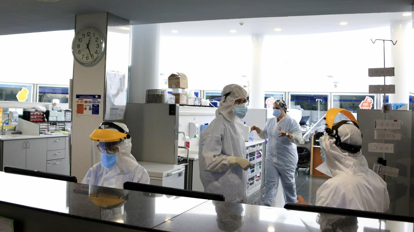 Professionals sanitaris treballant en una unitat d'UCI de l'Hospital del Mar amb pacients amb covid-19