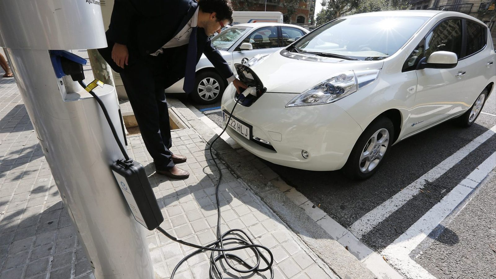 Les empreses de lloguer volen que els turistes puguin reservar un vehicle elèctric.
