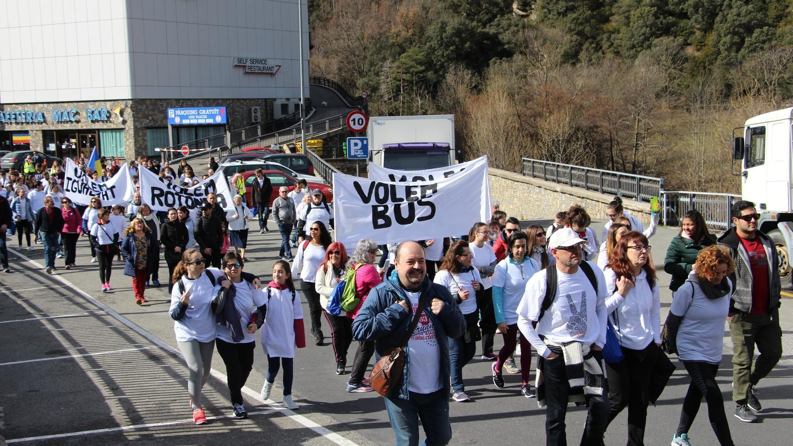Un moment de la sortida de la marxa, amb els treballadors del Punt de Trobada aixecant les pancartes. / L. M.