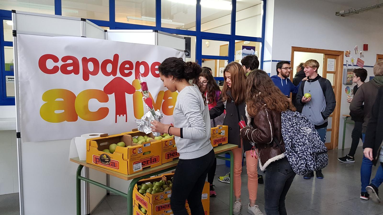 Estudiants de l'institut gabellí agafen fruita per berenar, en el marc de la campanya Capdepera Activa.