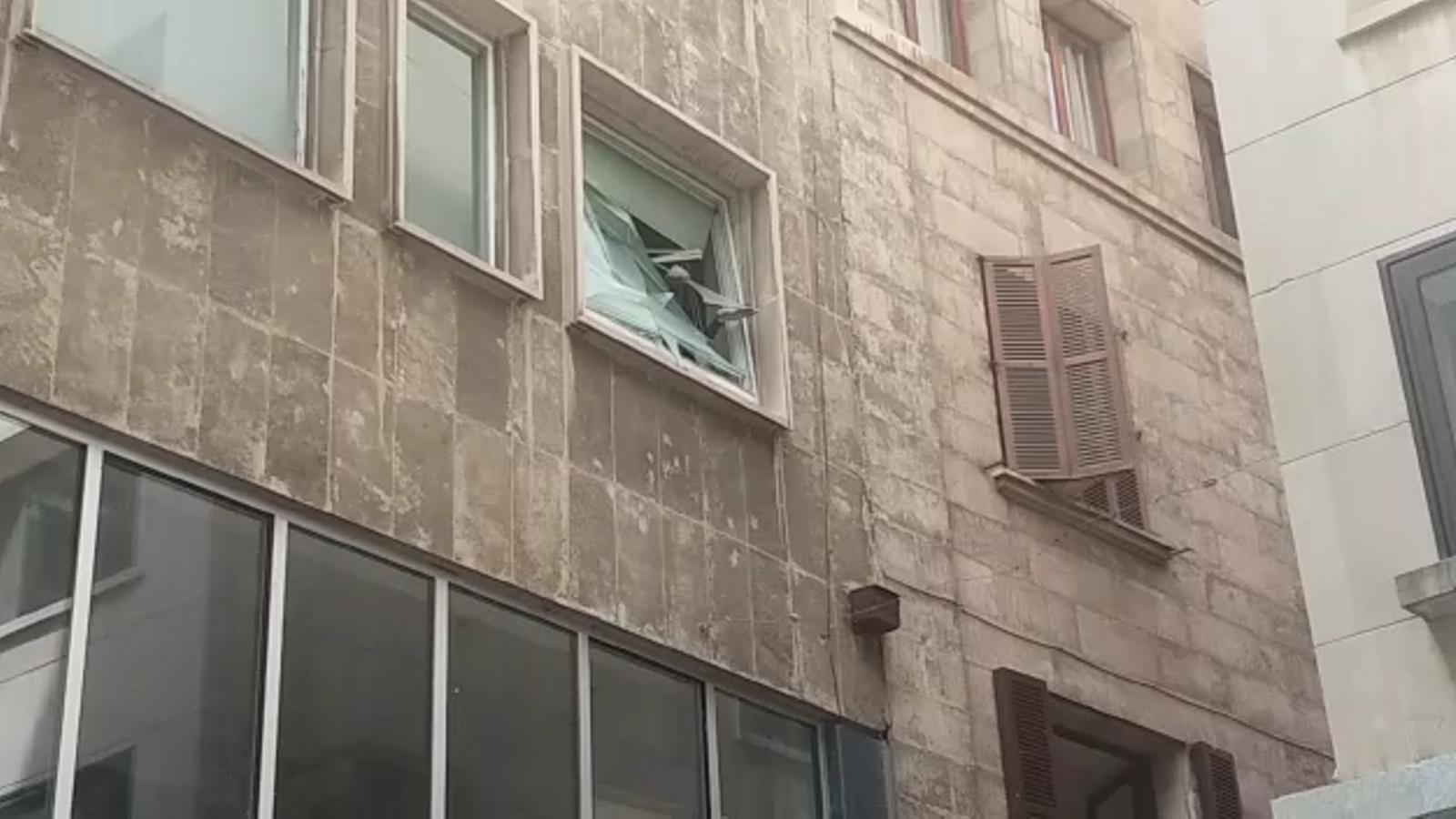 La ruptura d'una finestra en ple centre de Palma posa en perill els vianants