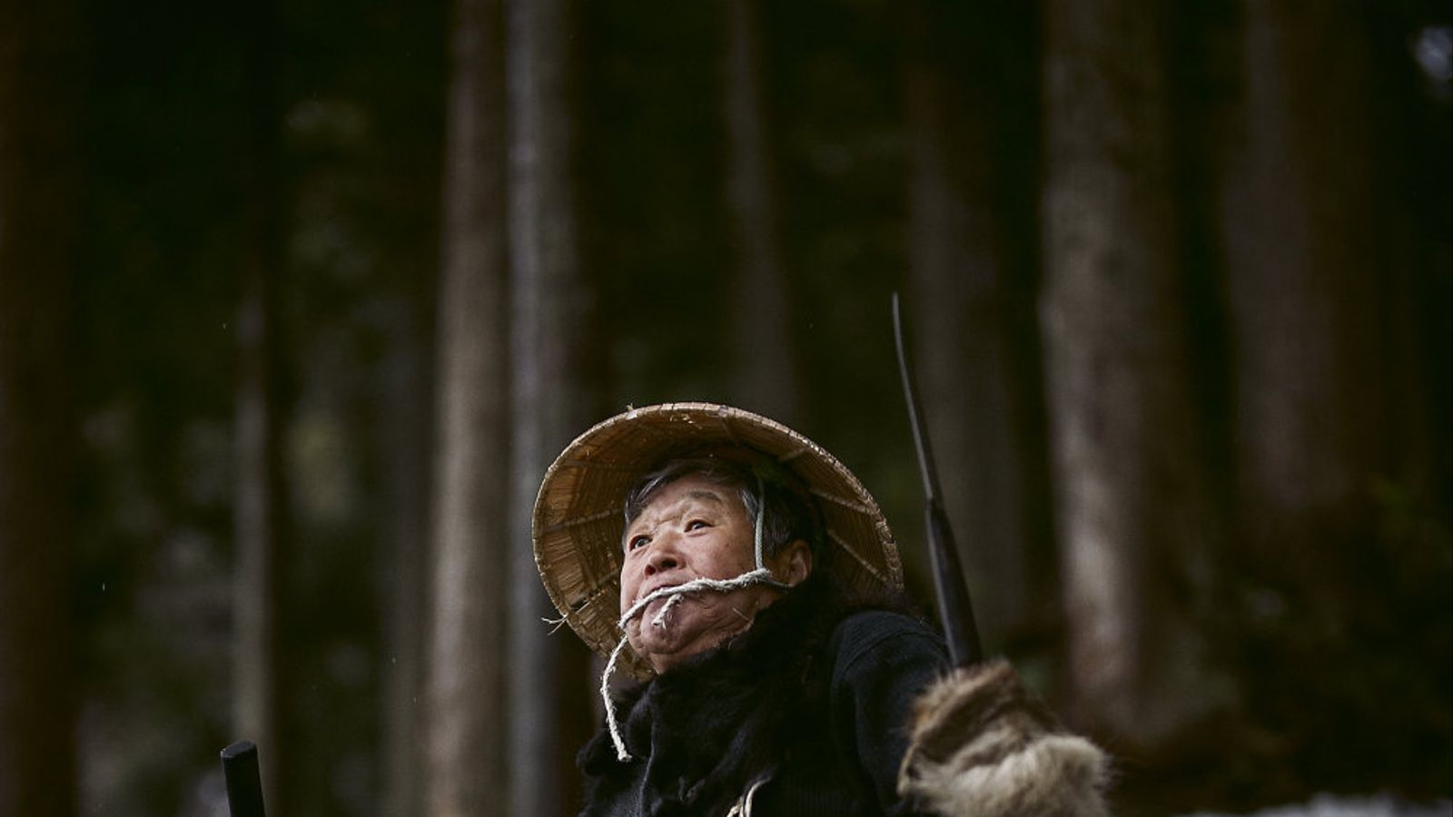 Hideo-san, un dels líders de la comunitat d'Animatagi, vestit amb una barreja de robes tradicionals i una llança que pertany a la seva família des de fa nou generacions