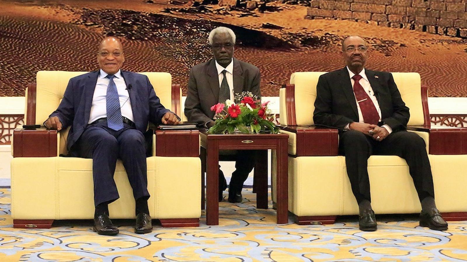 El president Zuma, a l'esquerra, somriu en una recepció oficial que Al-Baixir, a la dreta, a la capital sudanesa.
