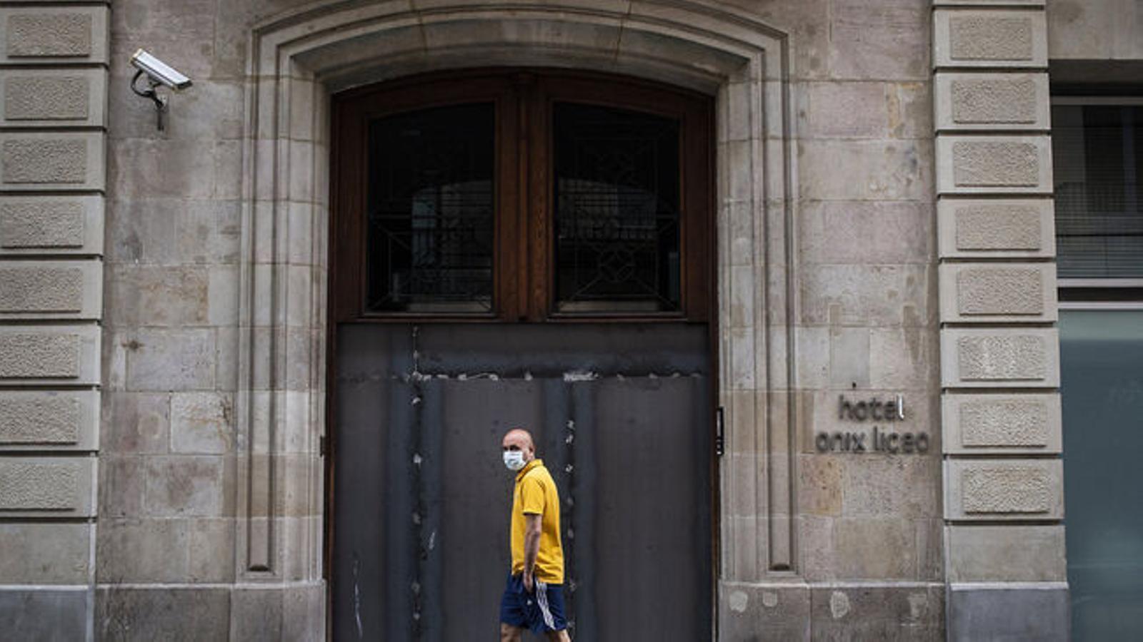 Espanya decreta 14 dies de quarantena per a tothom que arribi de l'estranger