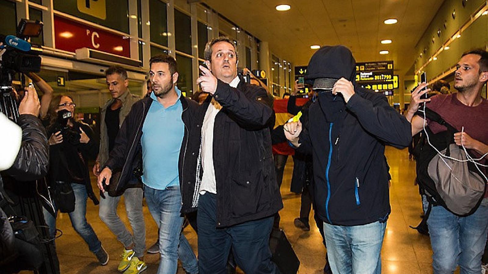 El conseller Joaquim Forn arribant ahir a la nit a l'aeroport del Prat.