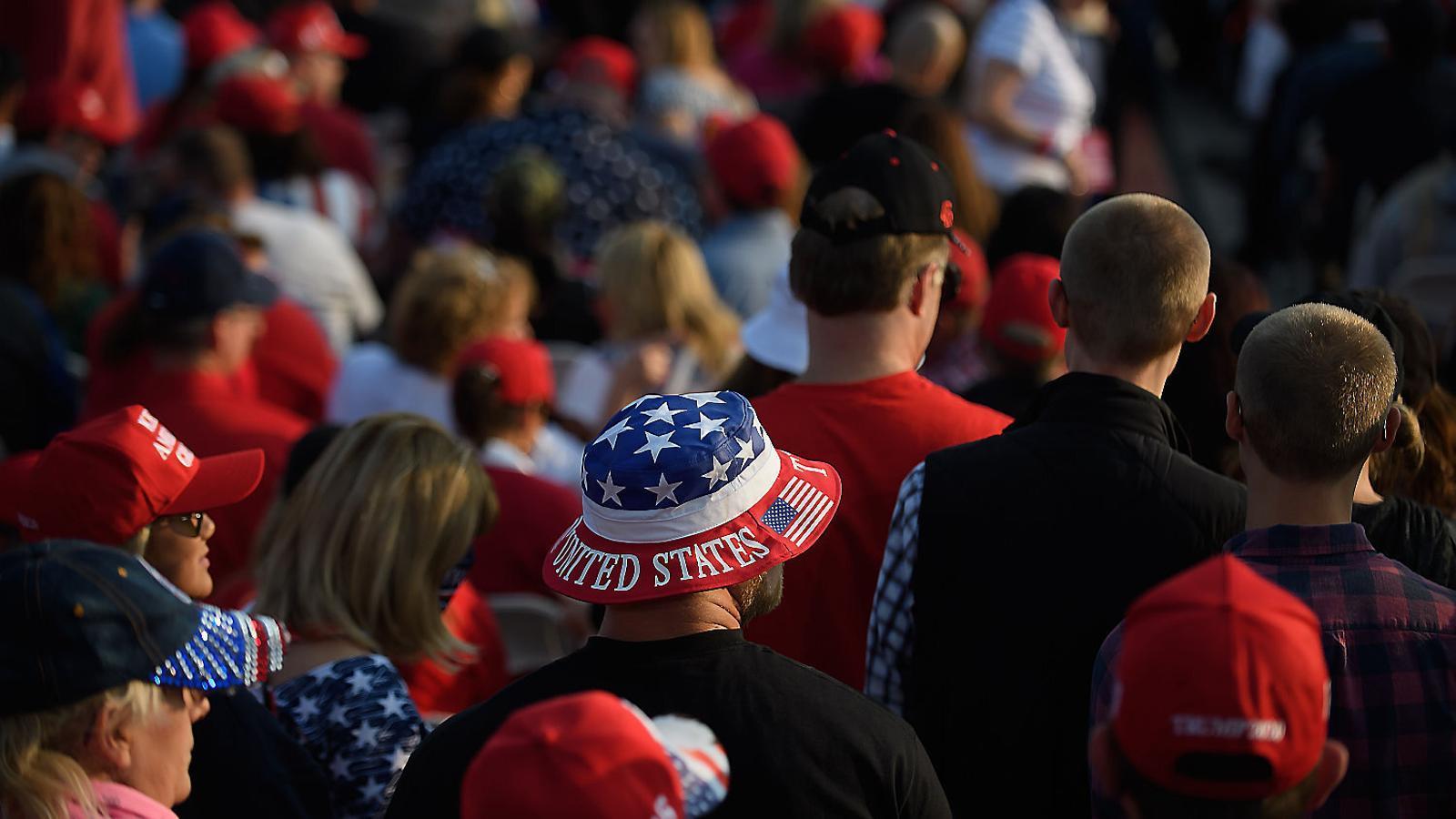 Votants de Trump en un acte electoral amb el president, dimarts a Pennsilvània.