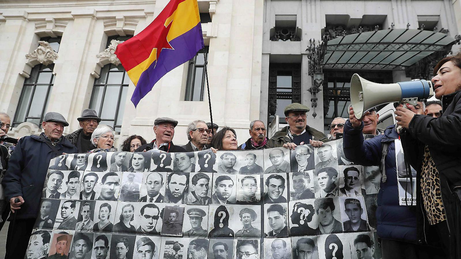 L'Ajuntament de Madrid arrenca les plaques amb noms de víctimes del franquisme del cementiri de l'Almudena