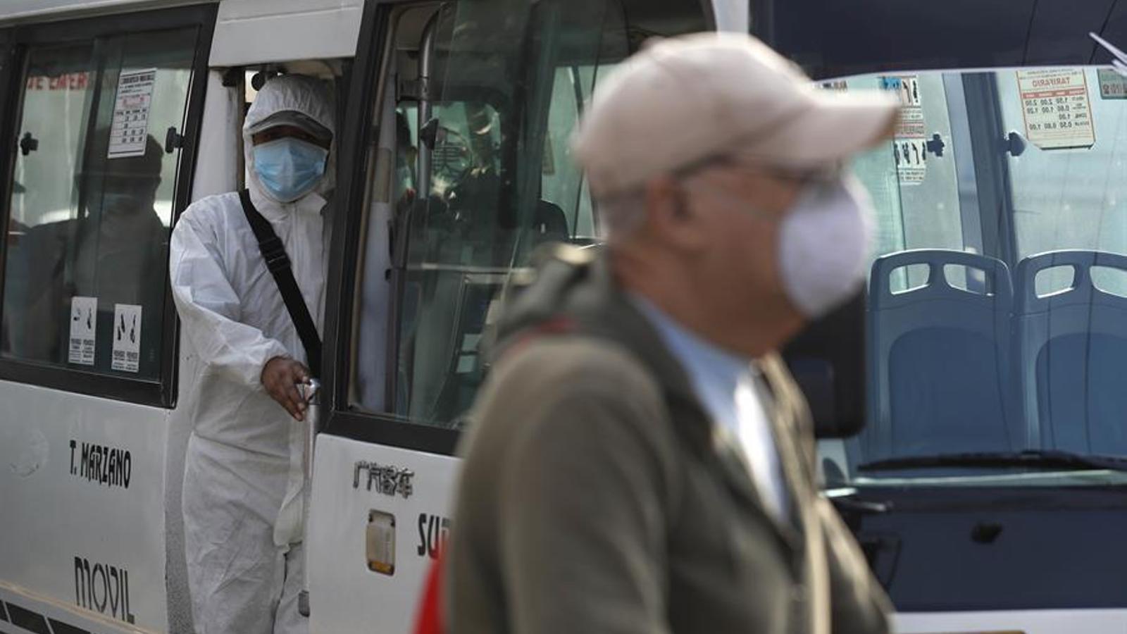 Mascaretes contra el coronavirus en una parada d'autobús de Lima