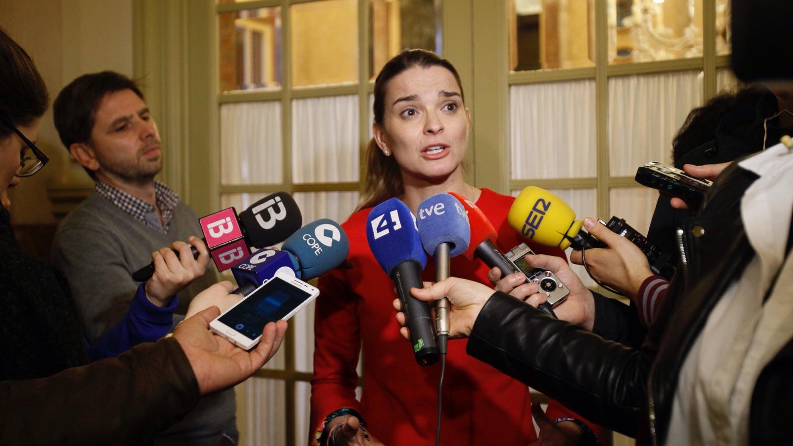 La portaveu parlamentària del PP, Marga Prohens, fent declaracions als mitjans