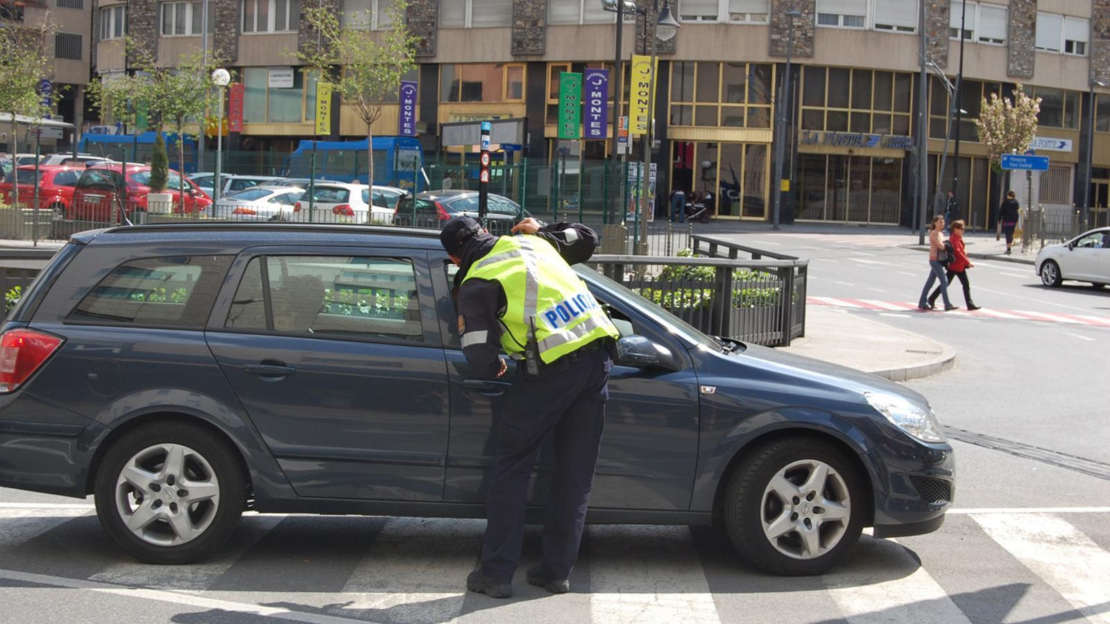 Un agent de policia parla amb el conductor d'un vehicle. / ARXIU ANA