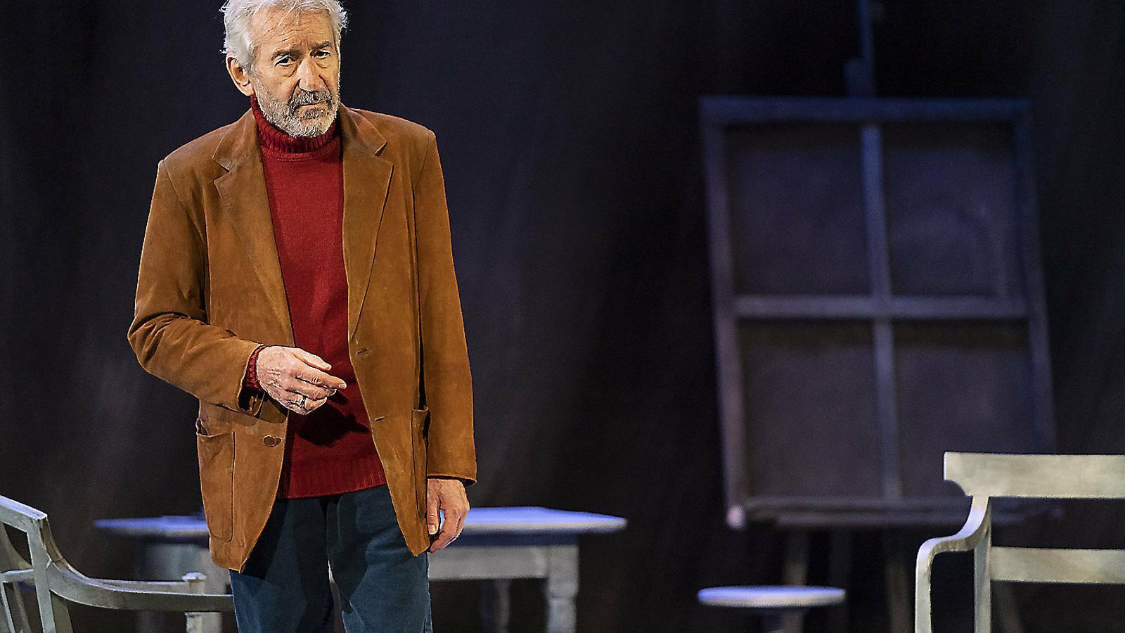 José Sacristán en una escena de l'espectacle Señora de rojo sobre fondo gris, que es pot veure al Teatre Romea des d'avui i fins al 12 de maig.