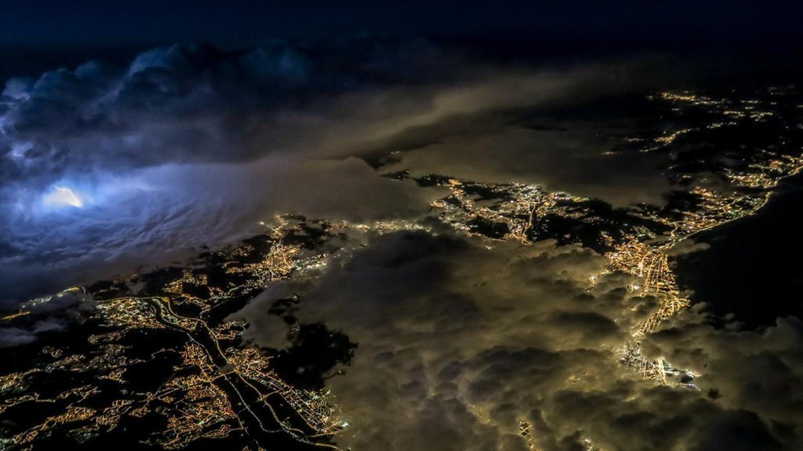 Un pilot d'avió capta unes espectaculars imatges de Barcelona sota una tempesta