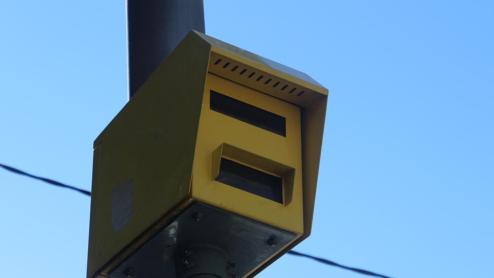 Un radar dels que hi ha instal·lats a la xarxa viària. / ARXIU ANA