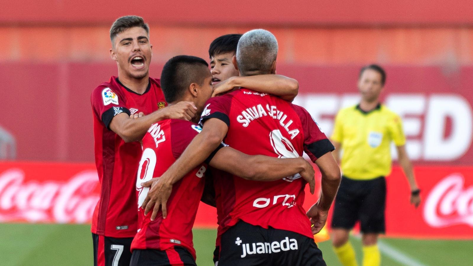 Els jugadors del Mallorca celebren el gol de Salva Sevilla.