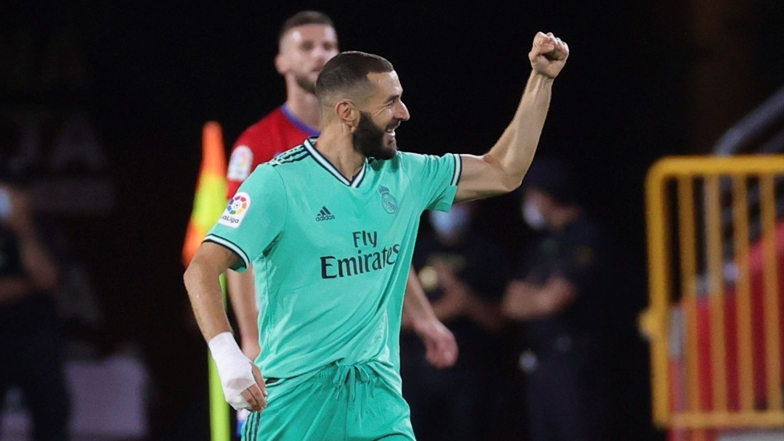 Benzema celebra el segon gol del Reial Madrid a Granada (1-2)