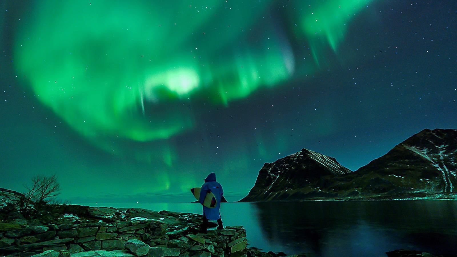 Surf a la llum de l'aurora boreal
