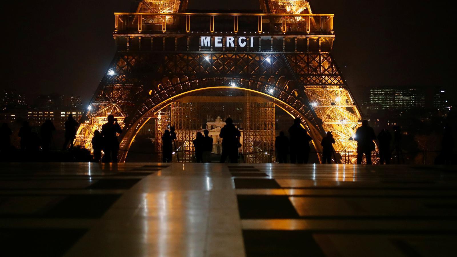 El missatge 'Gràcies' per al personal sanitari lluitant contra el covid-19, a la Torre Eiffel de París.