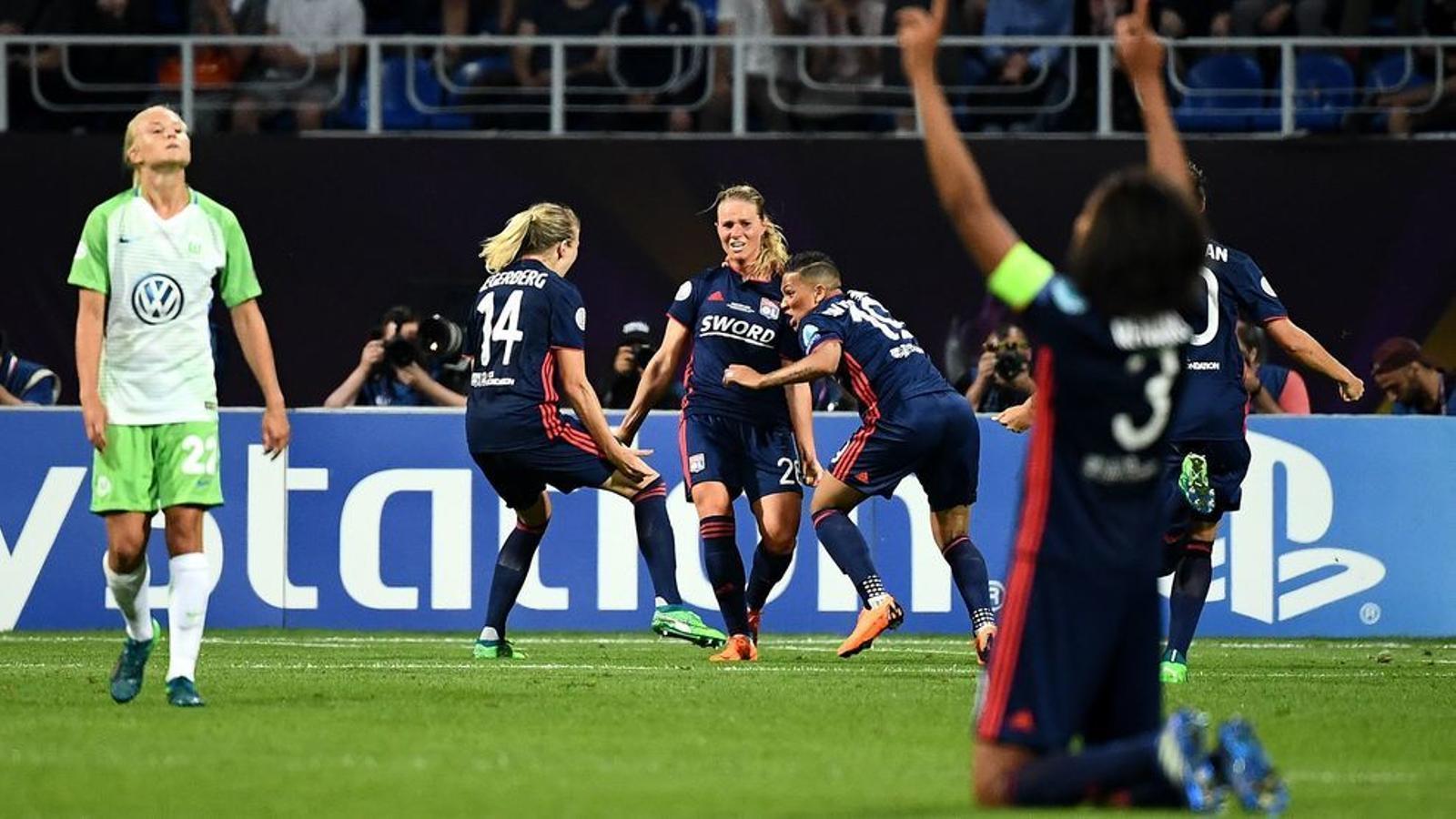 Hegerberg, Henry i Van de Sanden celebrant un dels gols del Lió contra el Wolfsburg