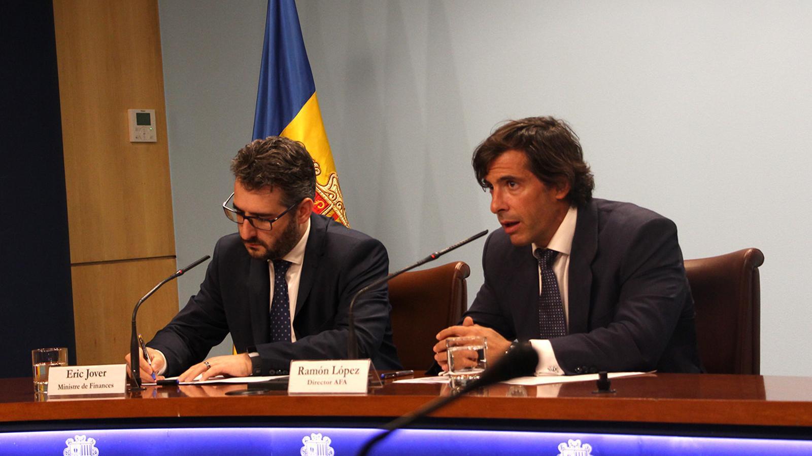 El director general de l'l'Autoritat Financera Andorrana, Ramón López, i el ministre de Finances, Eric jover, durant la roda de premsa per presentar les mesures preses. / M. F. (ANA)
