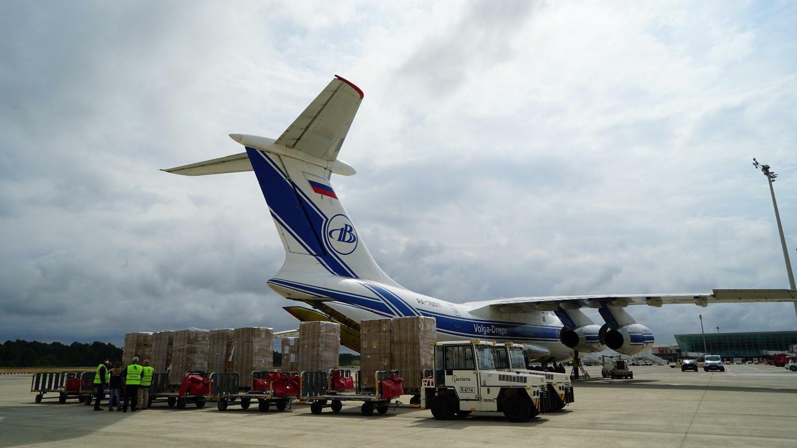 L'avió i part de la càrrega sanitària a Son Sant Joan.