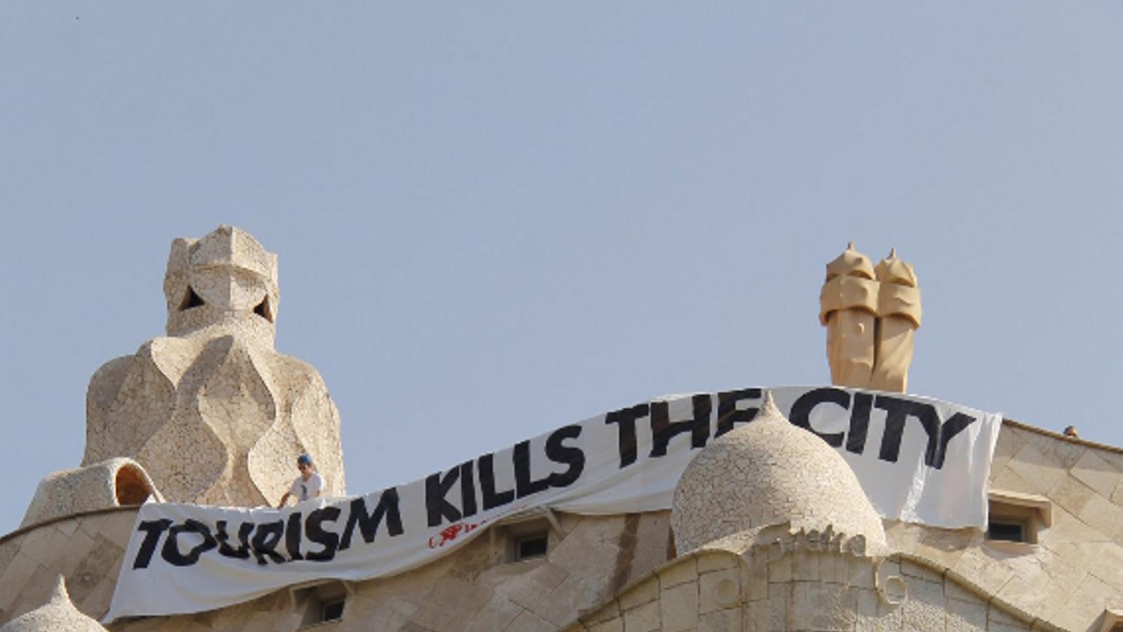 Arran denuncia el turisme de masses de Barcelona amb una pancarta a la Pedrera