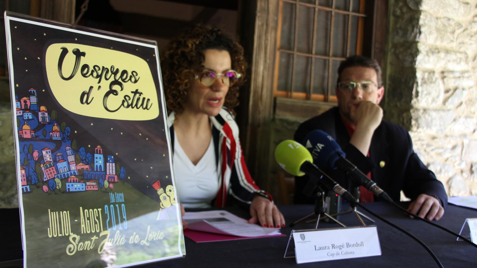 La cap de Cultura del comú de Sant Julià, Laura Rogé, i el conseller de Cultura, Josep Lluís Donsión, durant la presentació dels Vespres d'estiu 2019. / M. P. (ANA)