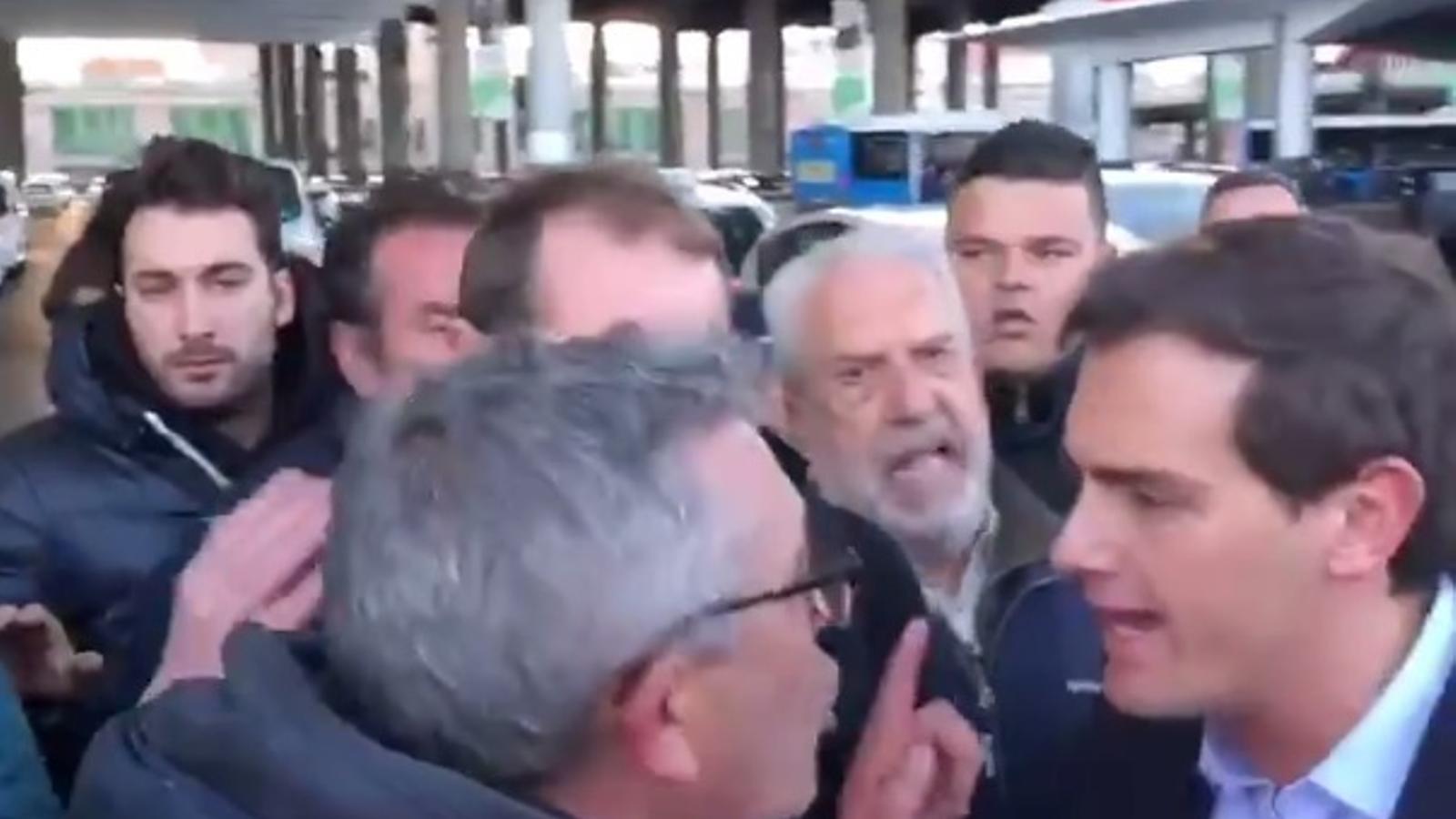 Un grup de taxistes insulten Albert Rivera a Madrid