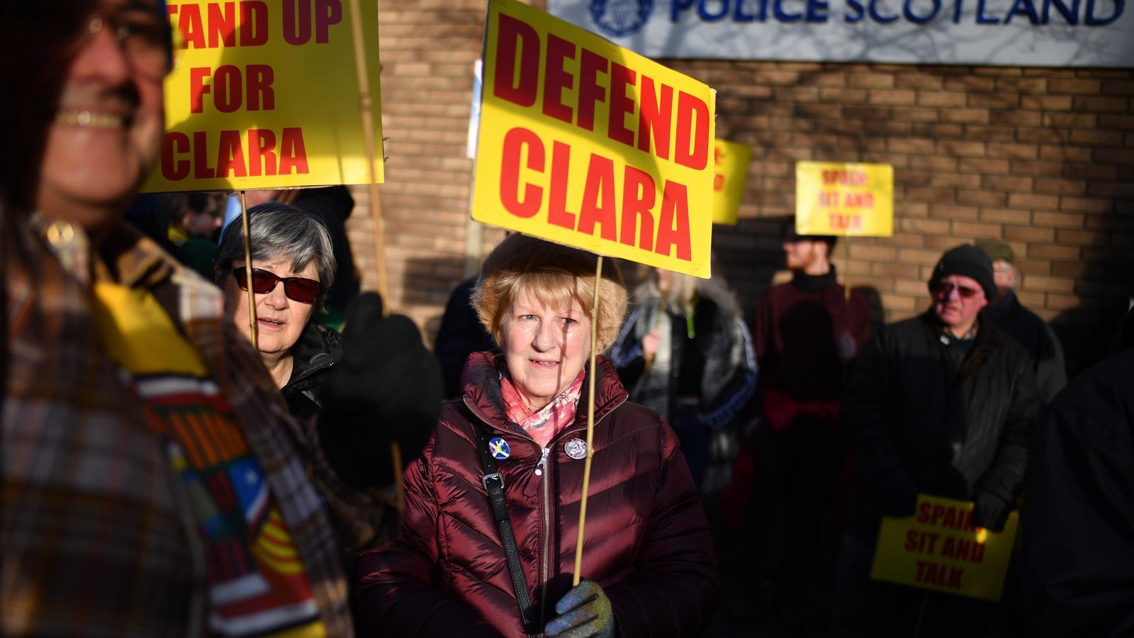 Manifestants a les portes de la comissaria de policia de St Leonard, a Edimburg, aquest dijous, en suport de Clara Ponsatí / JAMES J. MITCHELL / GETTY IMAGES