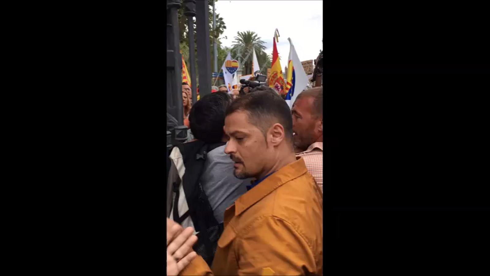 Manifestants espanyolistes insulten i agredeixen un home a la Ciutadella