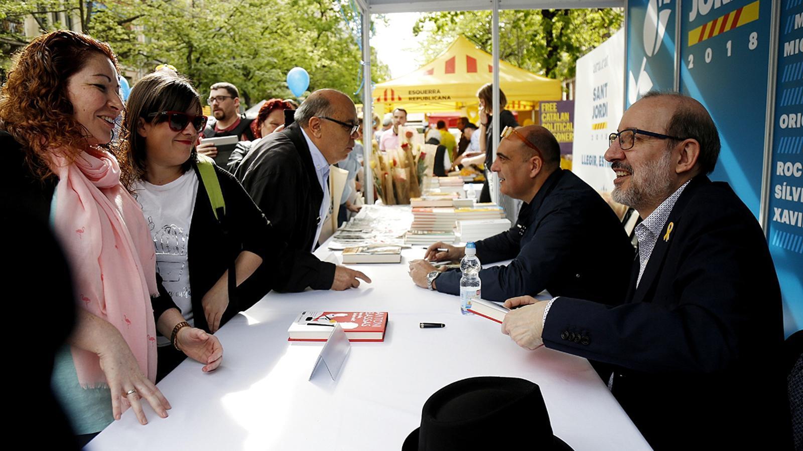 Bassas i Bosch a la parada de l'Ara a Rambla Catalunya