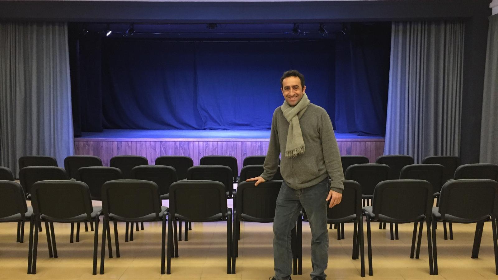 El regidor de Cultura, davant la nova sala.