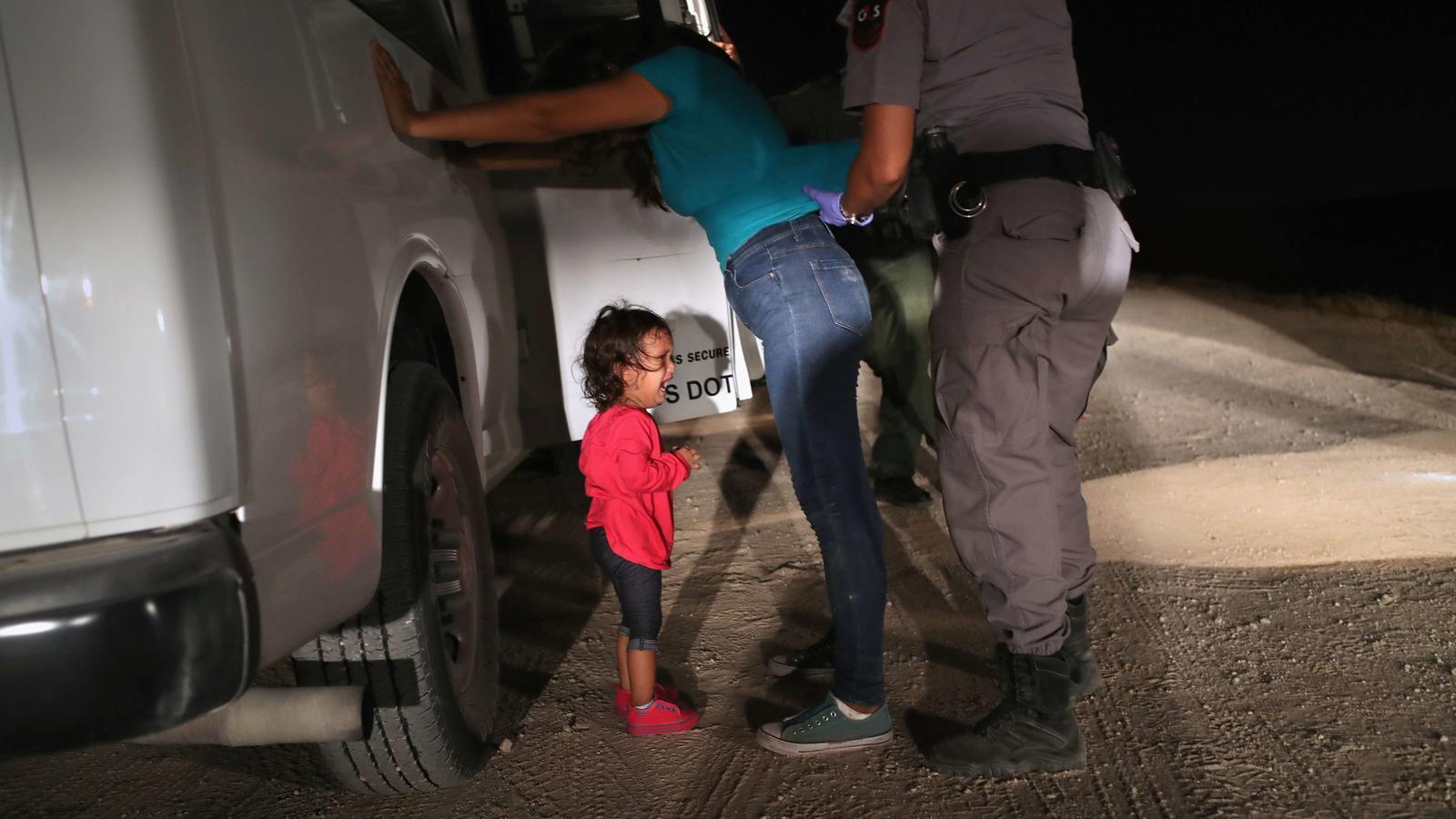 01. ELS NENS PERDUTS DE TRUMP. L'enduriment de les polítiques migratòries per part de Trump ha convertit la frontera sud dels Estats Units en un dels punts calents de l'any. La imatge d'una nena hondurenya plorant mentre escorcollen la seva mare va donar la volta al món. Després es va saber que molts d'aquests nens eren separats dels seus pares