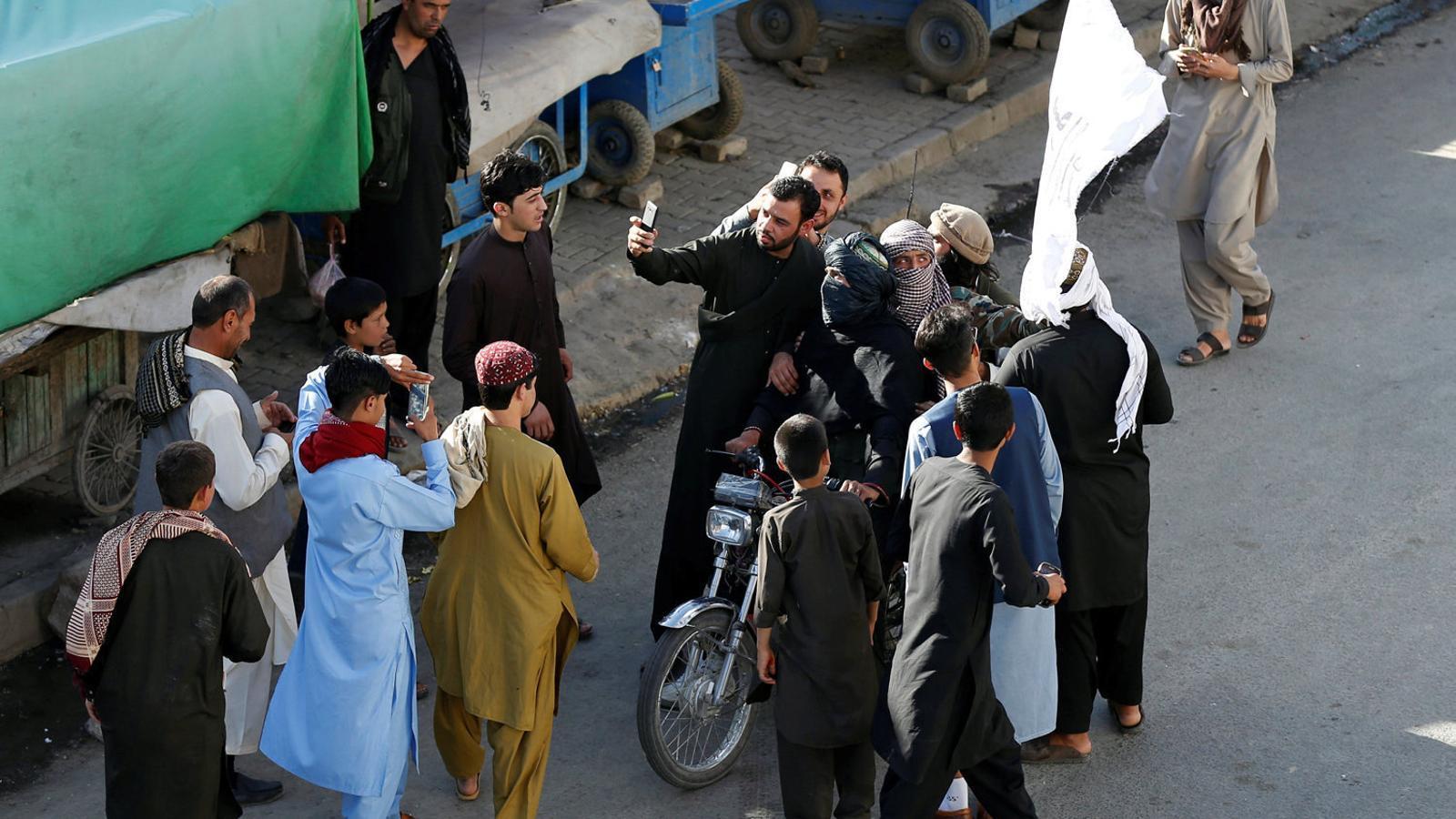 El govern afganès i els talibans alcen la bandera blanca