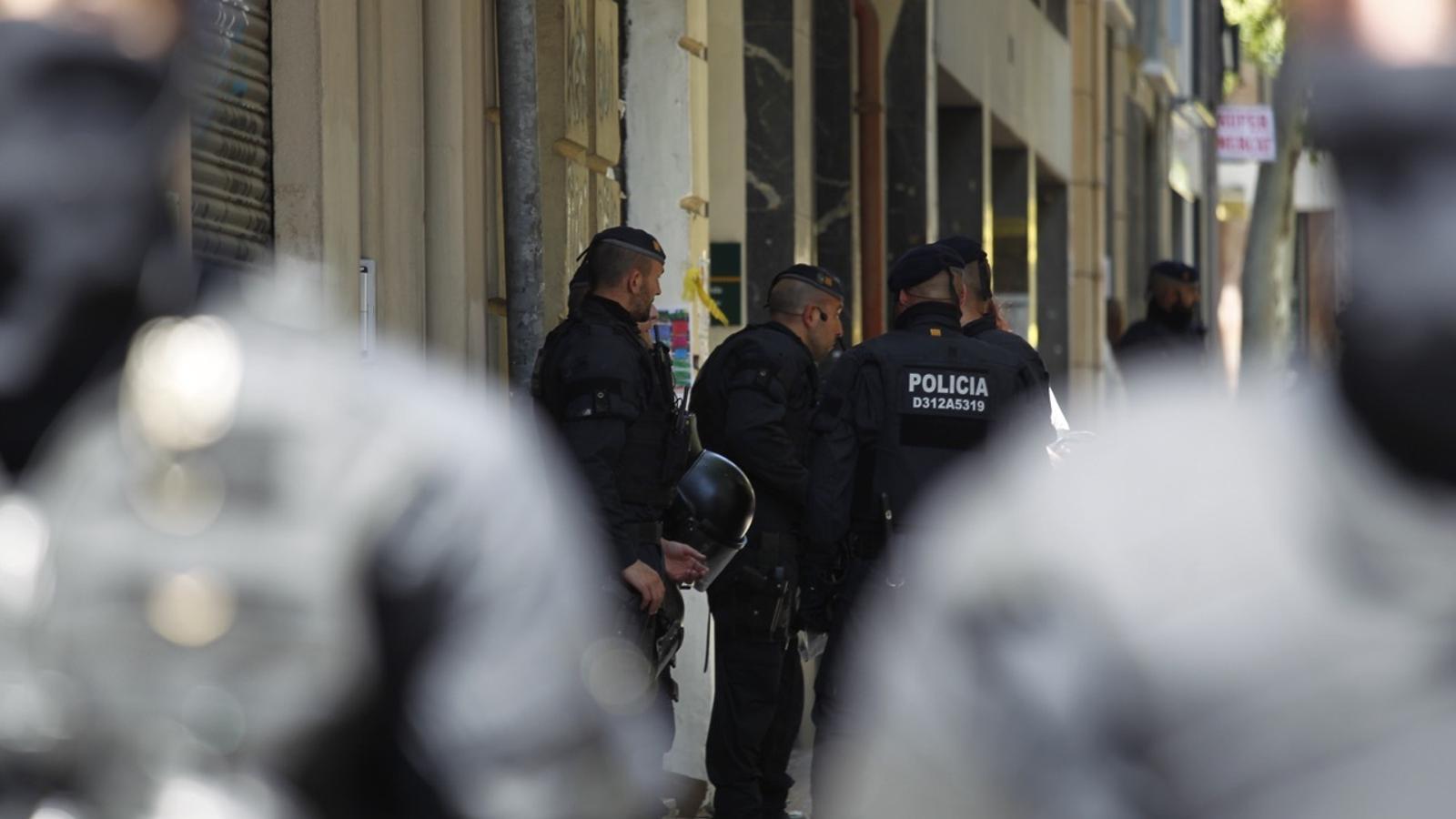 Els Mossos desallotgen una casa okupa al carrer Independència de Barcelona.