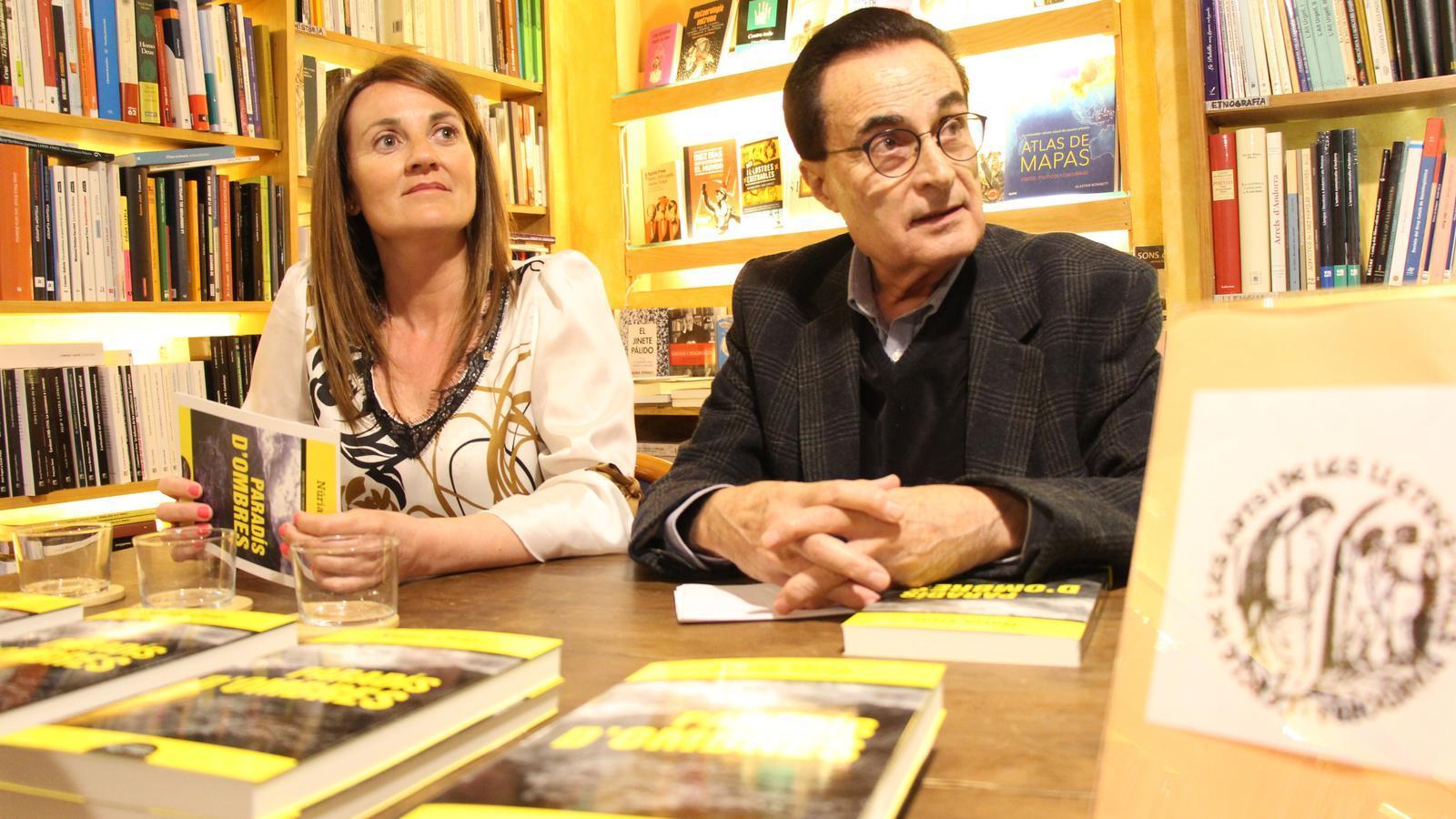 La ministra de Cultura, Olga Gelabert, i el president del Cercle de les Arts i de les Lletres, Joan Burgués, han presentat 'Paradís d'ombres', aquest dimarts a la llibreria La Puça. / E. J. M. (ANA)