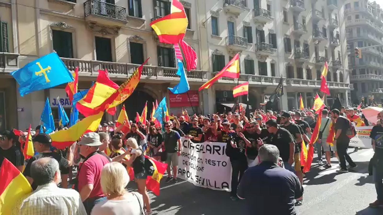 Els assistents a la manifestació de policies nacionals i guàrdies civils ocupen el tram de la Via Laietana que va de la prefectura superior de la Policia Nacional fins a la plaça Urquinaona