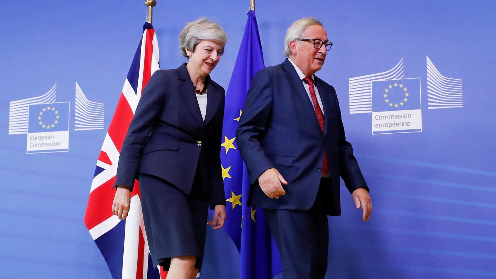 Theresa May i Jean-Claude Juncker ahir en l'arribada de la premier a Brussel·les.