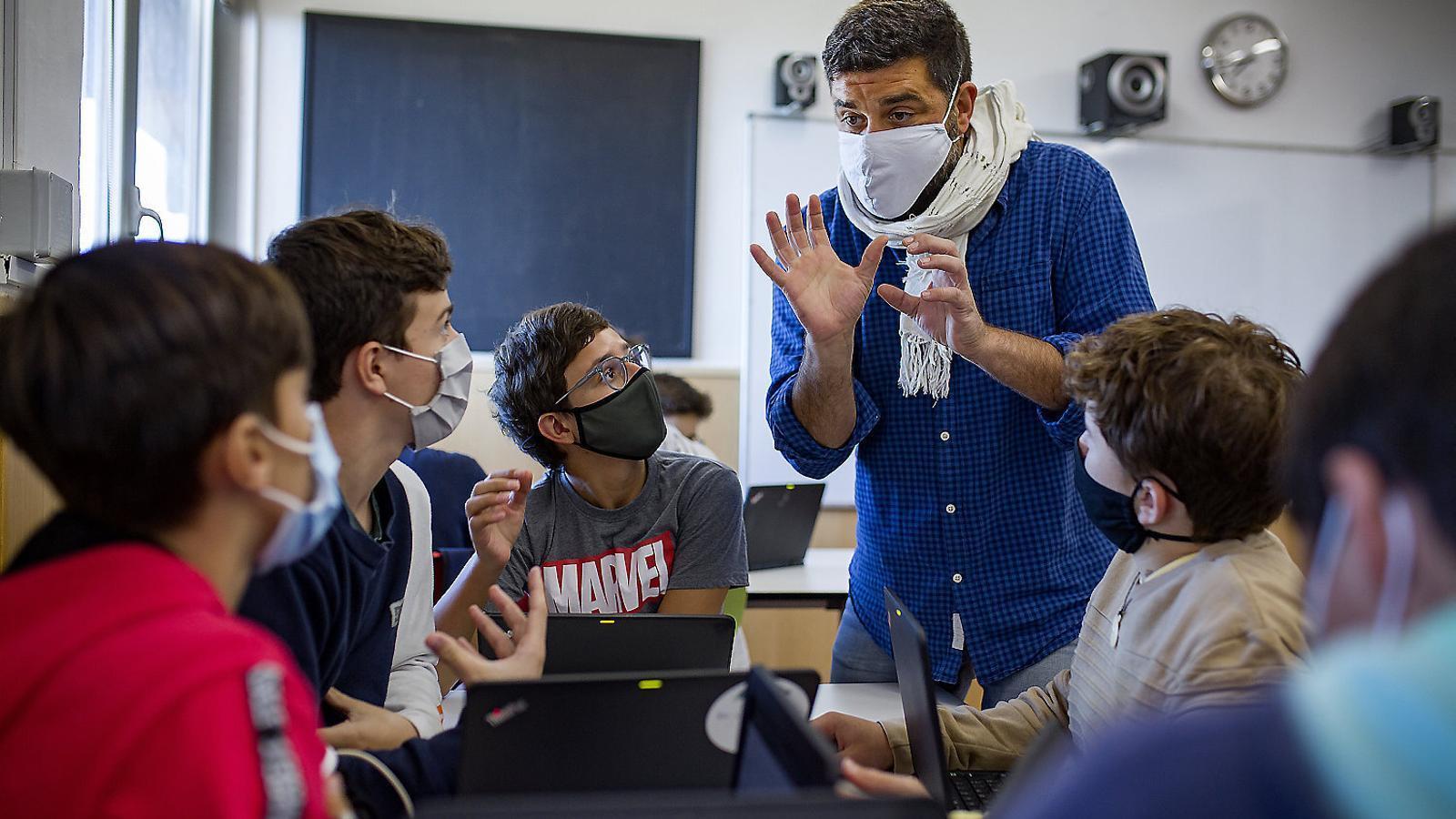 Alumnes escoltant atentament el professor a l'Escola Virolai.