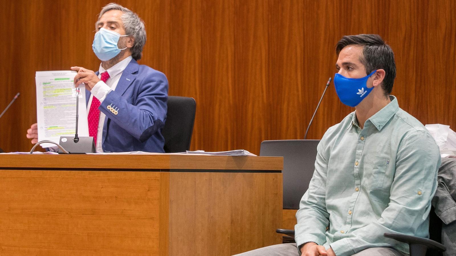 Rodrigo Lanza i el seu advocat, a l'esquera, durant la primera sessió del nou judici per la mort d'un home en un bar de Saragossa el 2017
