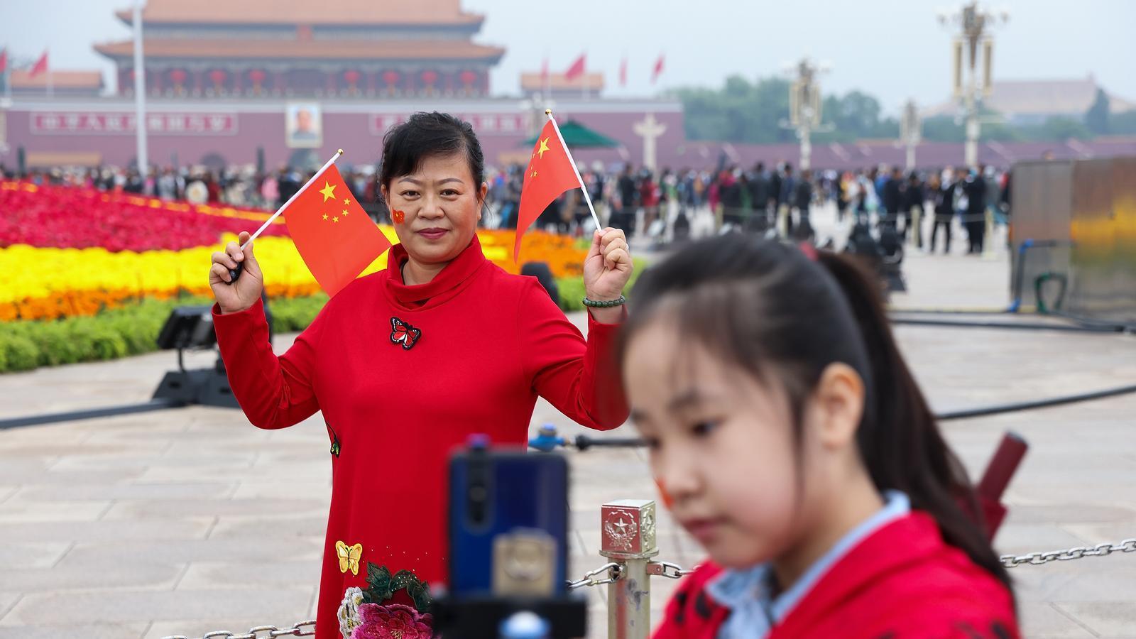 Una família celebra la Diada Nacional de la Xina de l' d'octubre, aquest 2020.