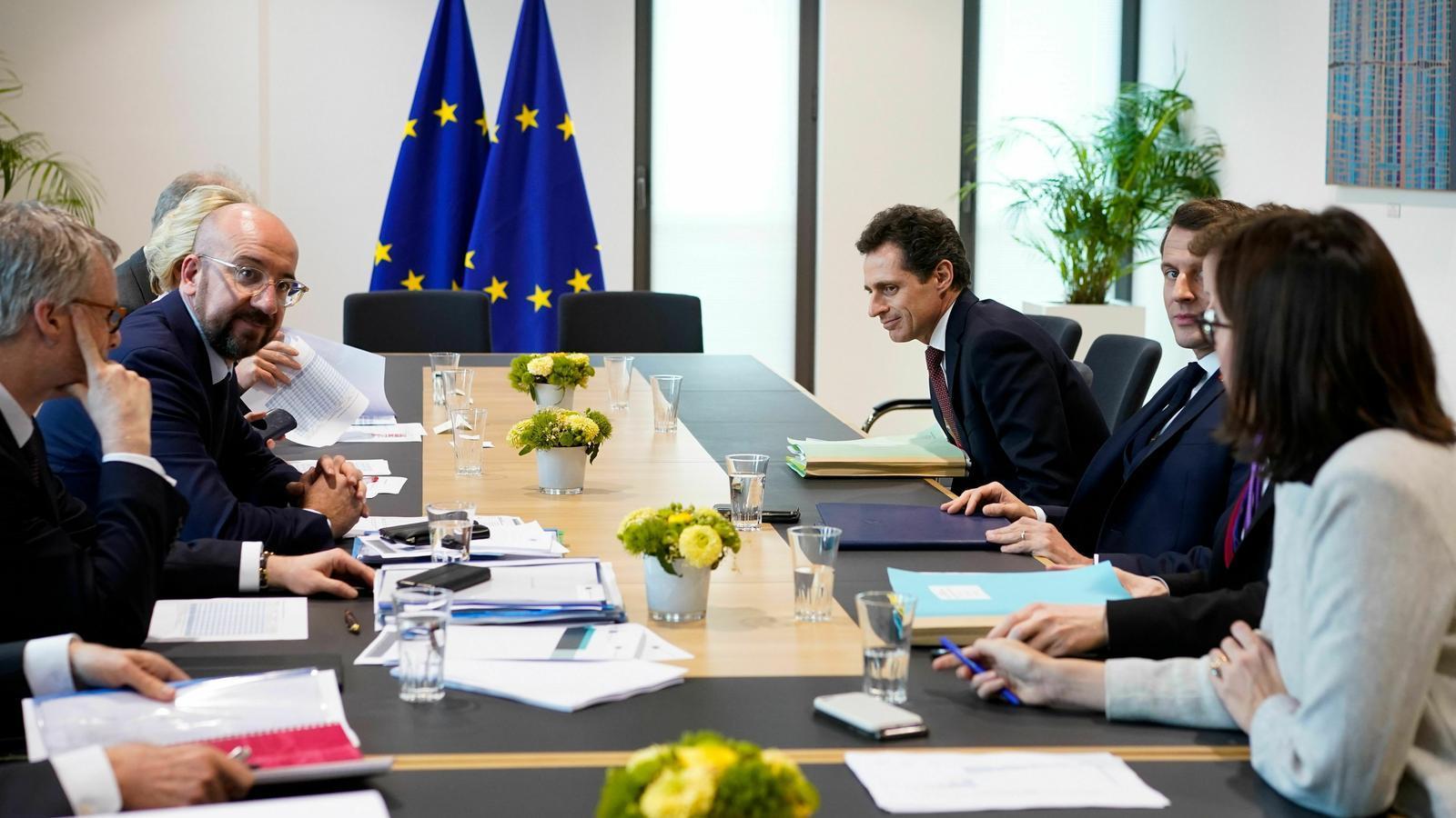 El president francès, Emmanuel Macron, assisteix a una reunió amb el president del Consell Europeu, Charles Michel, en el marc del segon dia d'una cimera especial del Consell Europeu a Brussel·les , Bèlgica