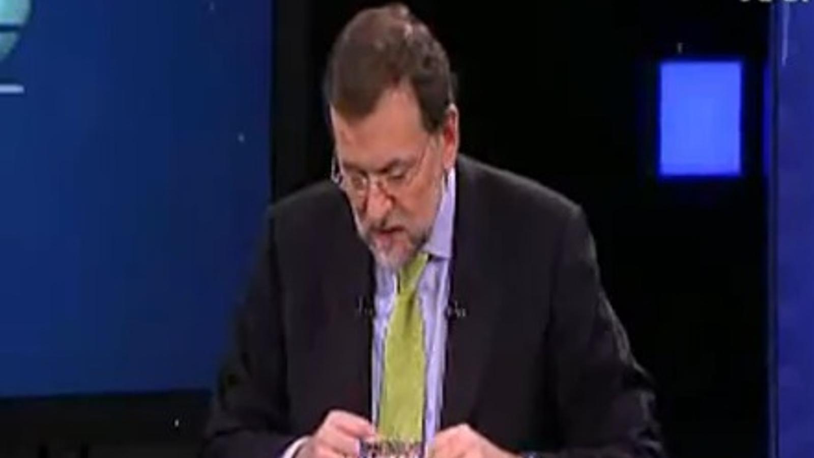 Rajoy no entén la seva pròpia lletra i es queda en blanc, a Veo7